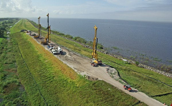 Picture of the work platform with pre-drilling and CSM equipment mobilized on top of the dike.